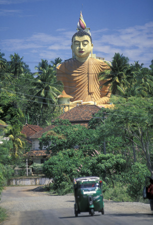 sri lanka temple: the Big Buddha at the Weherahena Temple in the south of Sri Lanka in Asien.