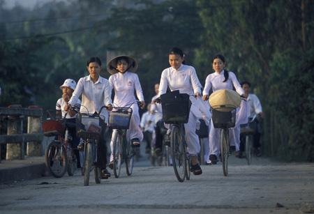 自転車で、都市のホーチミン市でベトナムの人々