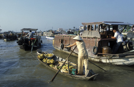 can tho: People at the Flooting Market on the Mekong River near the city of Can Tho in the Mekong Delta in Vietnam
