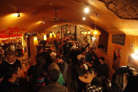 ein Nachtclub und ein Stab in der alten Stadt in der Stadt von Riga in Lettland in der baltischen Region in Europa.
