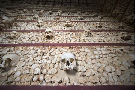 die Capela dos ossos an der Igreja do Carmo in der Altstadt von Faro an der östlichen Algarve im Süden von Portugal in Europa. Standard-Bild