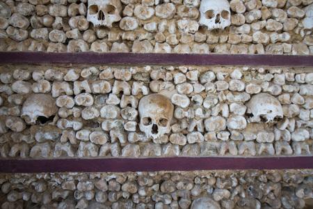 Die Capela dos ossos an der Igreja do Carmo in der Altstadt von Faro an der östlichen Algarve im Süden von Portugal in Europa. Standard-Bild - 68414536