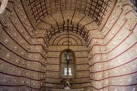 Die Capela dos ossos an der Igreja do Carmo in der Altstadt von Faro an der östlichen Algarve im Süden von Portugal in Europa. Standard-Bild - 73385950