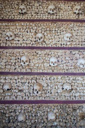 Die Capela dos ossos an der Igreja do Carmo in der Altstadt von Faro an der östlichen Algarve im Süden von Portugal in Europa. Standard-Bild - 68390255