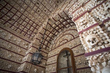 유럽에서 포르투갈의 남쪽 Algarve 동부에있는 파로의 구시 가지 Igreja do Carmo에서 capela dos ossos.