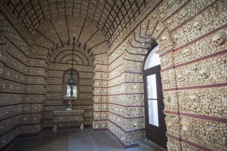 die Capela dos ossos an der Igreja do Carmo in der Altstadt von Faro an der östlichen Algarve im Süden von Portugal in Europa.