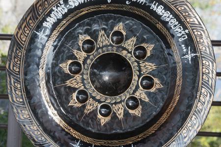 musik: The Gong at Wat Chalermprakiet Prajomklao Rachanusorn Temple north of the city of Lampang in North Thailand. Editorial