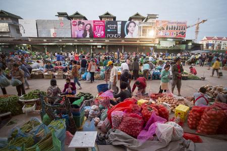 辻のラオスのビエンチャンの都市で Taalat サンパウロの市場での人々。 報道画像