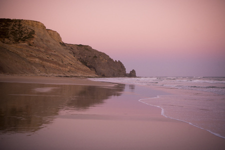 ヨーロッパでポルトガルのアルガルヴェで Luz 村のビーチ。