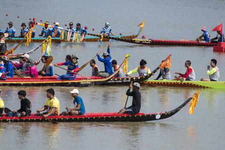 Das traditionelle Langbootrennen beim Khlong Chakarai in der Stadt von Phimai in der Provinz Nakhon Ratchasima in Isan in Thailand. Thailand, Phimai, November 2017 Editorial
