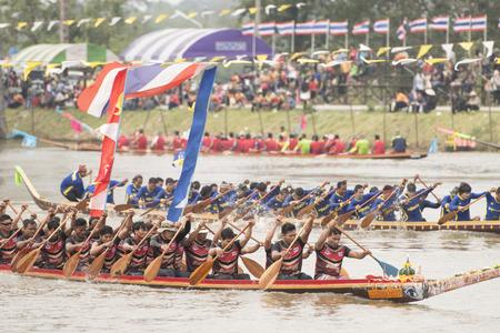 タイ北東部のイサンの都市ブリラムの北サトゥエクの町のムン川でのトラディショナルロングボートレース。 タイ、ブリラム、2017年11月
