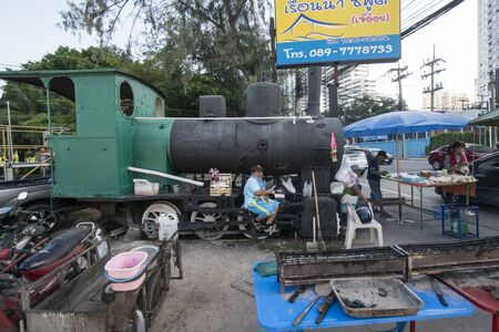 a old Locomotive in the city of Si Racha in the Provinz Chonburi in Thailand.  Thailand, Bangsaen, November, 2018 新聞圖片