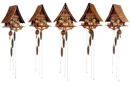 reloj cucu: reloj de cuco mecánico del bosque negro (establecido desde diferentes ángulos) aislado en el fondo blanco Foto de archivo