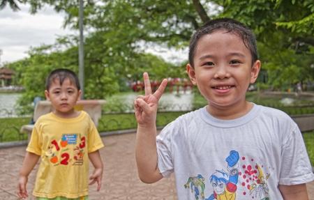 convivencia escolar: Ni�o no identificado en Hanoi, Vietnam, el 7 de julio de 2010. Seg�n la CIA, la esperanza de vida de la escuela en Vietnam (principal a la educaci�n terciaria) es 10 a�os (16 a�os en los Estados Unidos). Enfoque selectivo.