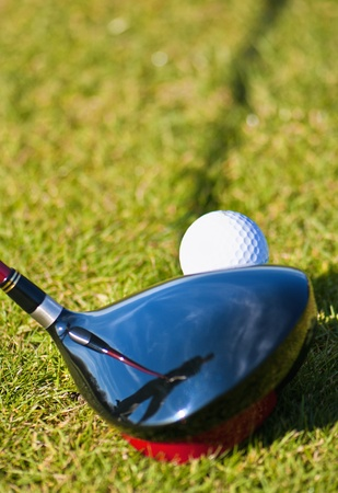 Golfista sobre a la unidad de la camiseta con reflexión. Foto de archivo