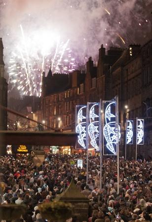 procession: Personas participan en una procesi�n con antorchas el 30 de diciembre de 2011 en Edimburgo, Escocia. La procesi�n de las antorchas es un evento anual para celebrar el final del a�o.