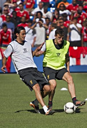 alberto: Alberto Aquilani (izquierda) durante la sesi�n de entrenamiento de Liverpool FC antes de la primera del Liverpool, partido de pretemporada de su gira norteamericana contra el Toronto FC en el Rogers Centre en Toronto, Canad�, 20 de julio de 2012. Editorial