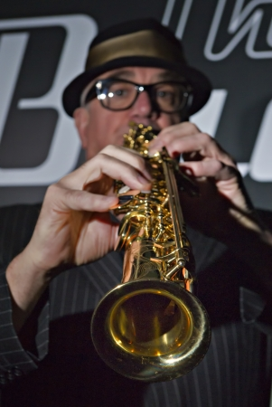 soprano saxophone: Músico Bob Swift tocar el saxofón soprano durante un concierto en el Greystones con su cuarteto rhythm & blues band