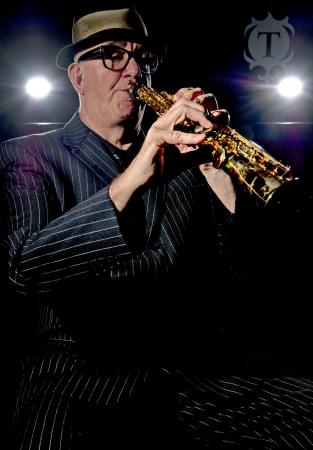 soprano saxophone: M�sico Bob Swift tocar el saxof�n soprano durante un concierto en el Greystones con su cuarteto rhythm & blues band