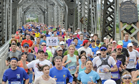 alexandra: Competitors cross through the Alexandra Bridge during the 2013 Ottawa Marathon in Ottawa, Canada on May 26 2013. Editorial