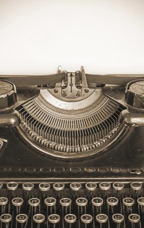 古いタイプライターとセピア色のテキスト スタイルの用紙の空白のシート