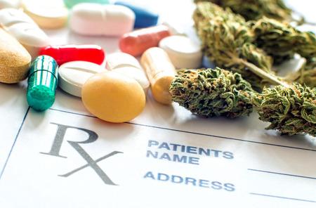 Close-up de pílulas de prescrição com cannabis médica e papel de prescrição Foto de archivo - 92998169