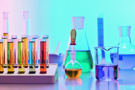 Verrerie de laboratoire avec produits chimiques et réactifs colorés, science de la chimie