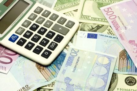 fondos violeta: D�lar, euro, billetes y calculadora Foto de archivo