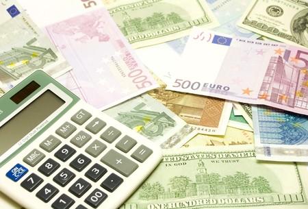 fondos violeta: D�lar, euro, billetes y calculadora lat Foto de archivo