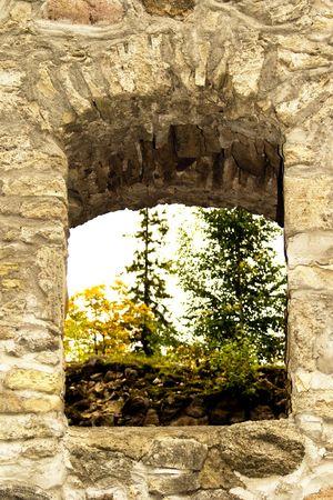 sigulda: La ventana de arco en las ruinas de castillo en Sigulda, Letonia