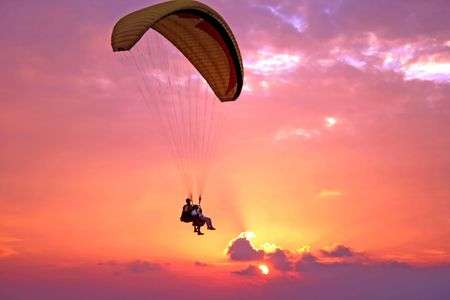 spadochron: Lot paroplane powyżej Morza Śródziemnego na zachodzie słońca