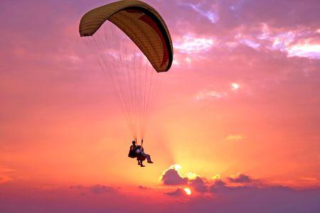 parapente: Vlucht van paroplane boven de Middellandse Zee op de zons ondergang  Stockfoto