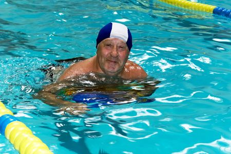 swim goggles: Active happy senior  in swimming-pool