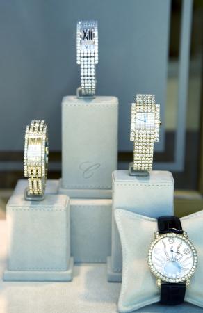 woman clock: Reloj de mujer de lujo con diamantes en la boutique del principado de M�naco 26 08 2013