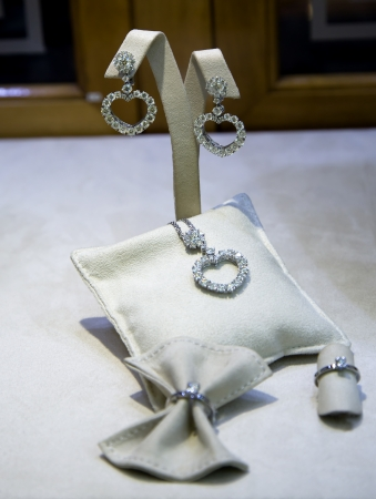 coulomb: Complete set of jeweller decorations from platinum with diamonds in principality Monaco, France