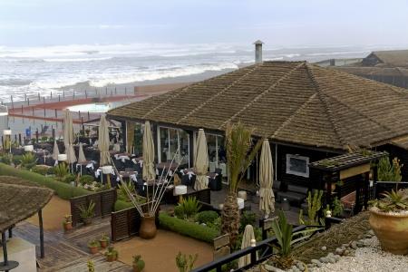 26 12 2013, boulevard de la Corniche à Casablanca, Maroc Il est ici possible d'être unhastily manqué le long d'une mer, assis dans les restaurants ouverts, visite des bars, des night-clubs et discothèques Banque d'images - 25501168
