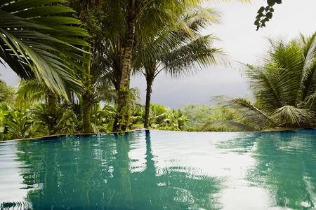 호텔에서 뜨거운 온천수 수영장 코스타리카, 중앙 아메리카에있는 아레 날 화산의 멋진 전망 스프링스 리조트 럭셔리 호텔