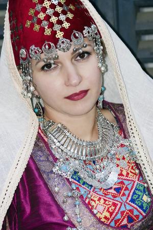 trabajo manual: señora hermosa del retrato en la ropa tradicional armenio y trabajo hecho a mano collar étnico en Riga, Letonia