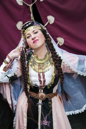 trabajo manual: señora hermosa del retrato en la indumentaria popular y trabajo hecho a mano collar étnico armenio