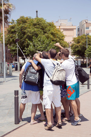 tomando refresco: SPAIN, BARCELONA, JUNE, 27, 2015 - Happy friends taking a collective selfie in Barcelona, Spain