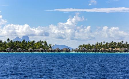 Phare de luxe envahi par l'eau sur l'étang de la Polynésie française.