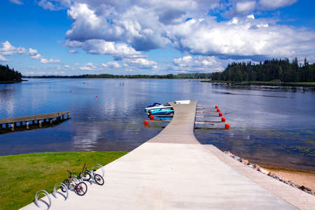 LATVIA, ALUKSNE, AUGUST, 2020 - Wooden pier for motor boats on a beautiful large lake in Aluksne Éditoriale
