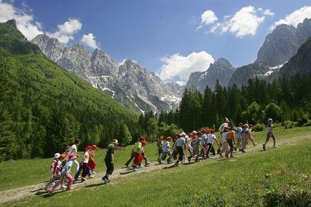 Gruppo di bambini in natura sotto montagne