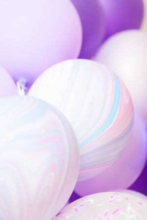 Vertical close up banner of purple and violet balloons as a background. Birthday background with ballons. Imagens - 132165965