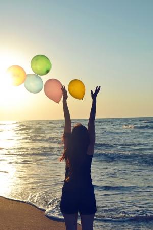 water s edge: una ragazza con baloon in spiaggia