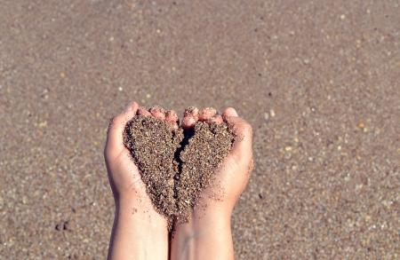 corazon en la mano: arena en las manos con forma de coraz�n