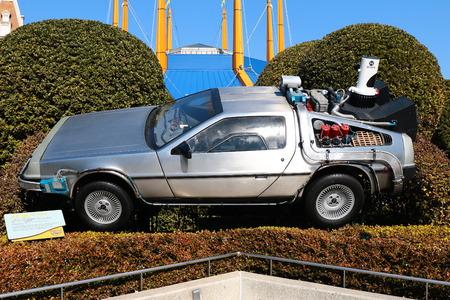 大阪、日本-2 月 12、2016: 未来のデロリアンは、ユニバーサル ・ スタジオ ・ ジャパン、大阪、日本で最も有名なアトラクションの一つに背中の写真の A replicathe。