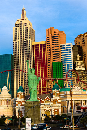 LAS VEGAS - October 09: New or-New York on the Las Vegas Strip on October 09, 2016 in Las Vegas, USA. Replica of the Statue of Liberty is 150 ft (46 m) and the property opened in 1997. 新聞圖片