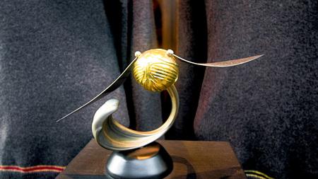 오사카 일본 -2201 년 12 월 2 일 : 유니버설 스튜디오 일본에서 해리 포터의 Wizarding 세계에서 Quidditch 공 표시.