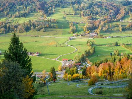 Piste de luge d'été dans les Alpes bavaroises par un après-midi ensoleillé à l'automne Banque d'images